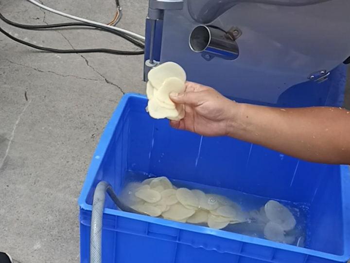 potato chips slicing machine working